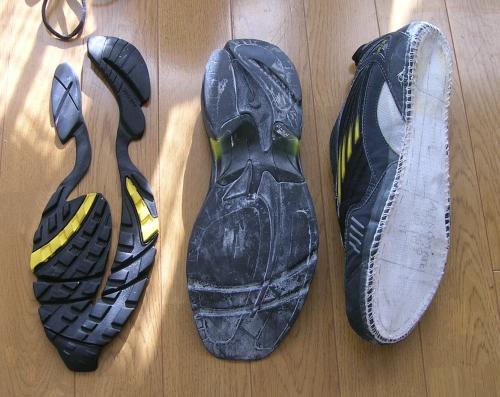 靴底がはげたナイキのスニーカー
